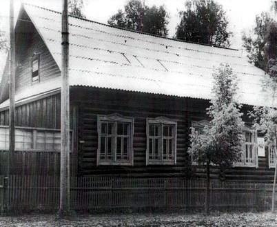 Здание бывших школьных мастерских, где в 1923 году расположился первый клуб в истории района и Тоншаевская комсомольская библиотека.